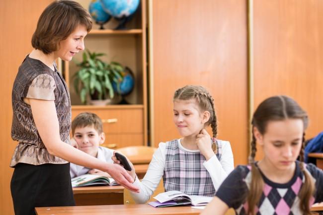 Selbst in der Schule wollen wir uns nicht von unserem treuen Begleiter trennen (Foto: iStockPhoto [Oksana Kuzmina])