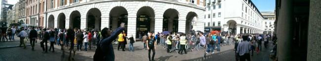 Vor dem weltgrößten Apple Store in Covent Garden (London) haben sich unzählige Menschen eingefunden und auf das neue iPhone 6 gewartet. (Foto: Androidmag.de)