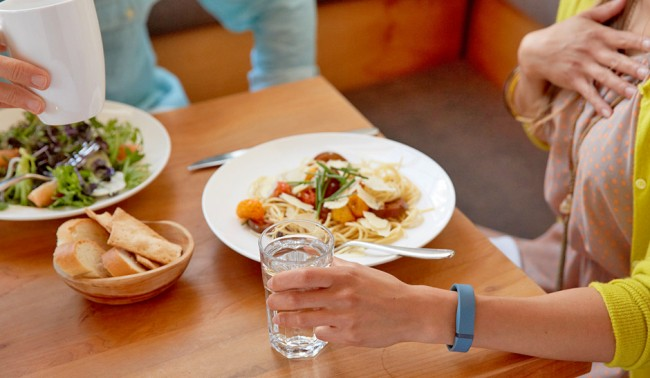 Mithilfe der Apps zu den Armbändern kannst du zum Teil auch dein Essverhalten und die Flüssigkeitsaufnahme protokollieren.