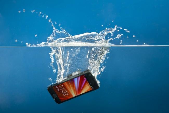 Die Aqua-Protection-Behandlung versieht Smartphones, Tablets und ähnliche Geräte mit einer Nanobeschichtung, die Schutz vor Spritzwasser bietet. (Foto: Phonecare)