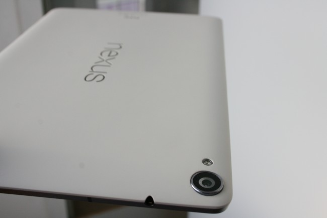 Die Rückseite des Tablets ist nicht gummiert, der Kunststoff ist dennoch griffig. Das in Metall eingefasste Kamera-Objektiv lugt aus dem Gehäuse hervor - ganz wie beim Nexus 5.