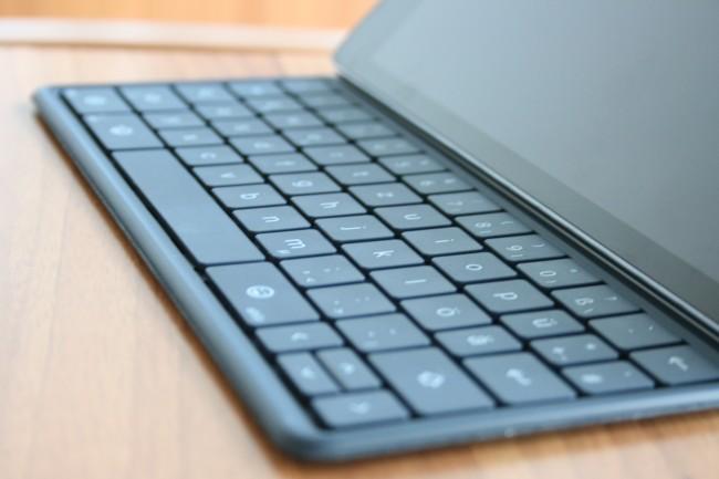 Hat man sich erst einmal an die kleinen Tasten gewöhnt, kann man mit dem separat erhältlichen Tastatur-Folio auch unterwegs produktiv sein.