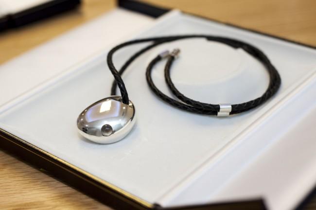 Wearables werden in Zukunft nicht mehr unbedingt als Geräte erkennbar sein. Mehrere Unternehmen arbeiten beispielsweise an smarten Schmuckstücken. (Im Bild der Prototyp eines Anhängers von CSR, der durch Lämpchen auf eintreffende Nachrichten aufmerksam macht.) (Foto: CSR Plc)