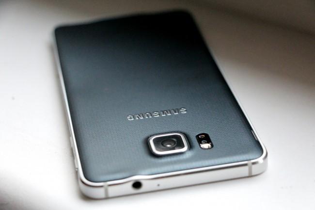 Der kantige Aluminiumrahmen gibt dem Gerät einen edlen und wertigen Look, leider ist der abnehmbare Rücken aus Kunststoff.