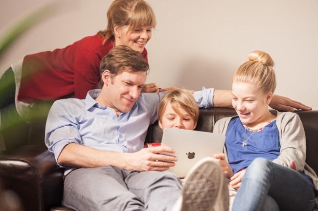 In Deutschland besitzen über die Hälfte der Familien mit Kindern im Vorlesealter ein Tablet. (Foto: Schau hin)