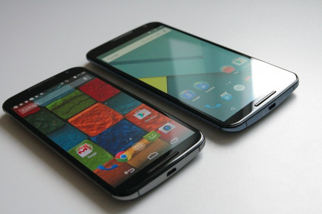 Wie unschwer zu erkennen ist, folgt das Nexus 6 (rechts) der Designlinie des Moto X (2014) und wirkt wie eine aufgemotzte Variante des aktuellen Motorola-Flaggschiffes. Das macht sich nicht nur bei den Gehäuse-Dimensionen, sondern auch bei der darin verbauten Hardware bemerkbar.