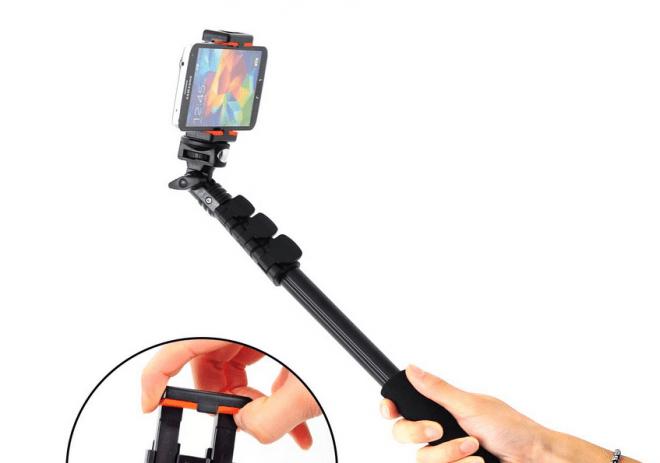 Das Funktionsprinzip von Selfie-Sticks ist ziemlich einfach: Smartphone ans eine Ende der Stange - fertig. (Bild: Amazon/XCSOURCE)