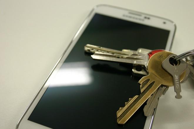 Kratzbeständigkeit: Der Autoschlüssel ist der natürliche Feind des Smartphone-Displays. Kommen dazu noch mineralische Stoffe wie Sand, sind Kratzer unvermeidlich.
