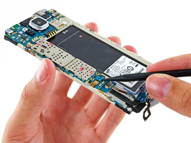 Ohne Gehäuse sieht ein Smartphone zunächst sehr furchteinflößend aus, doch iFixit nimmt einem schnell die Angst vor den unbekannten Bauteilen.