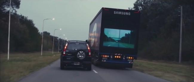 """Samsungs """"Safety Truck"""" zeigt auf einer Videowand an der Rückseite des Lastwagens Echtzeitvideobilder an, die eine Kamera an der Vorderseite des Fahrzeugs aufnimmt. (Foto: Samsung)"""