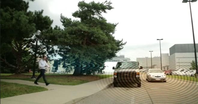 Die Kommunikation zwischen Fußgänger und Auto erfolgt via Funkwellen. Sobald sich die Wellen überschneiden, wird Alarm ausgelöst (Foto: Honda Research).