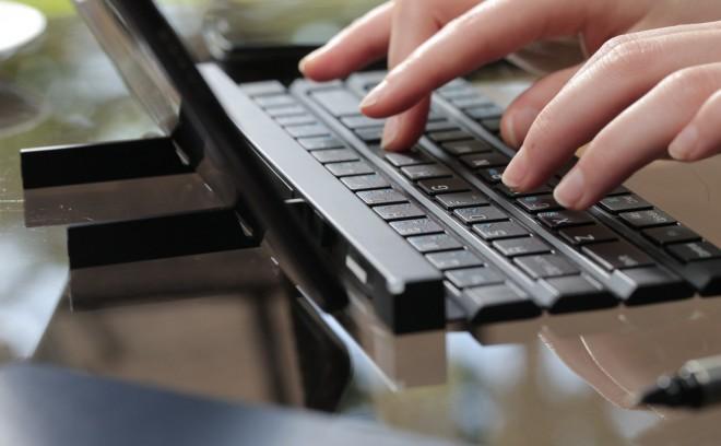 """""""In die zwei ausklappbaren Arme kann man das Tablet steckten"""" (Foto: LG)"""
