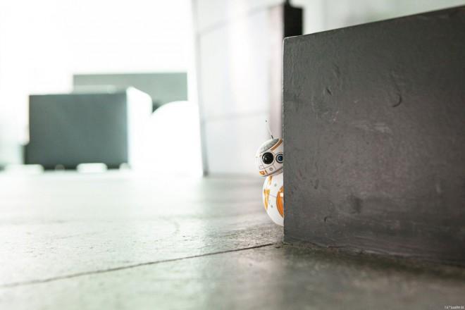 """Der Droide, der hier so schüchtern um die Ecke blickt, kann je nach Situation eine Reihe von """"Emotionen"""" ausdrücken."""