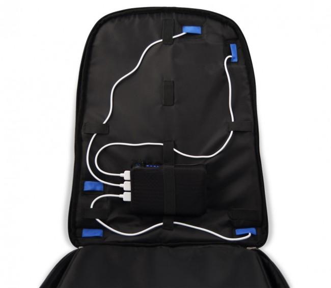 Dank kleiner Öffnungen ist es möglich, Kabel vom Akku durchzuführen, um Geräte in den einzelnen Fächern oder auch außerhalb des Rucksacks aufzuladen. (Foto: Tylt)