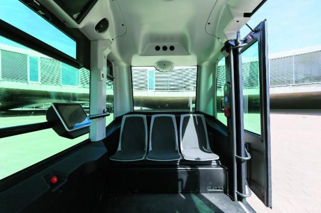 Lenkrad, Gas- und Bremspedal sucht man in dem Fahrzeug vergeblich. Die automatische Steuerung wird ergänzt durch eine Überwachung von einem Kontrollraum aus.