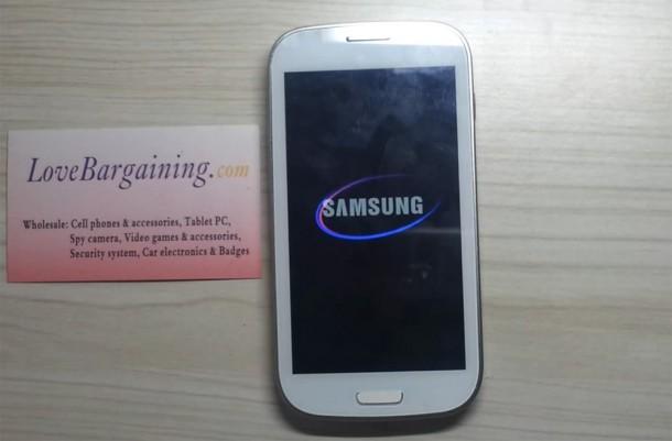 Der Nachbau des Samsung Galaxy S3 sieht dem echten Smartphone sehr ähnlich. Foto: Youtube.com.