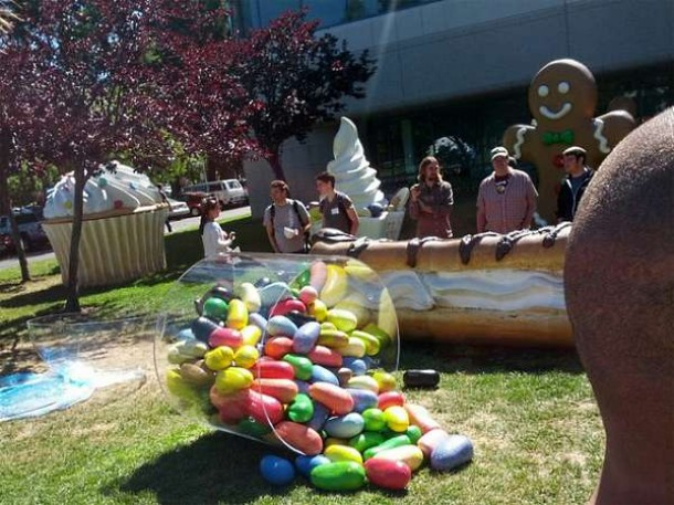 Die Jelly-Bean Statue auf dem Google Rasen. Foto: Androidauthority.