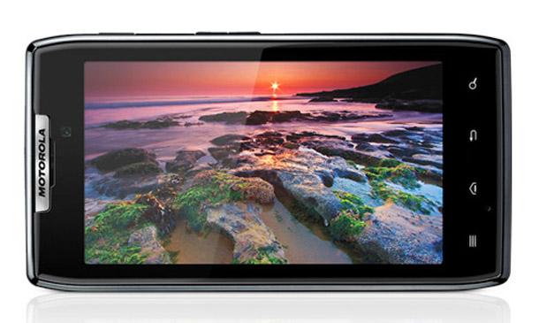 Das Motorola Razr kann durch seine dünne Bauweise und dem kontrastreichen S-AMOLED-Bildschirm punkten.