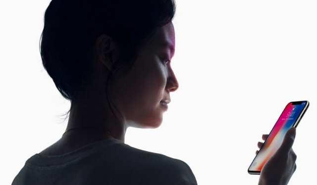 Mujer realizando reconocimiento facial Android
