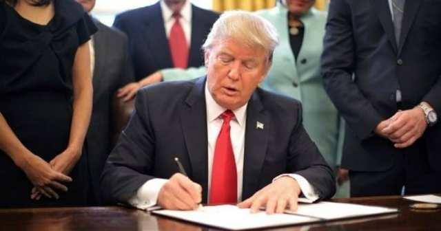 Donald Trum signatura una nueva ley en contra de muchas compañías chinas