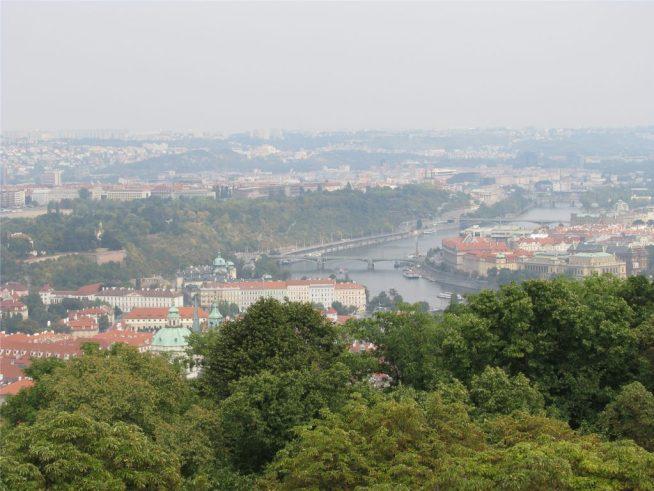 Вид на Прагу и Влтаву с Петршинской башни