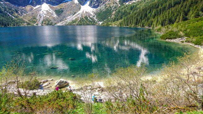 Бирюзово-изумрудная вода озера