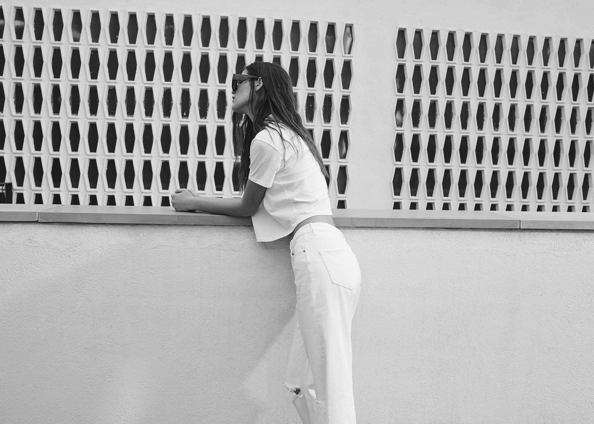 Stradivarius fotografía comercial chica con pantalón y camiseta blanca