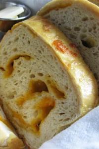 Easy Cheddar-Studded Bread & Peach-Strawberry Fizz Drinks