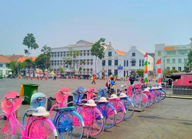 Sepeda antik parkir di depan Museum Fatahillah
