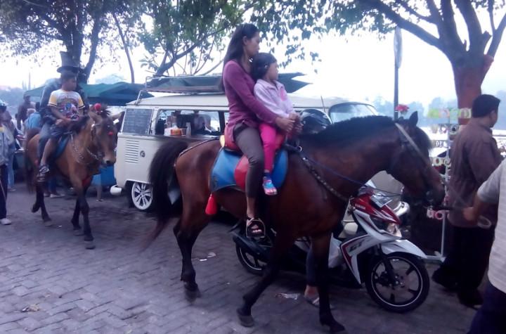 Naik kuda di Sarangan