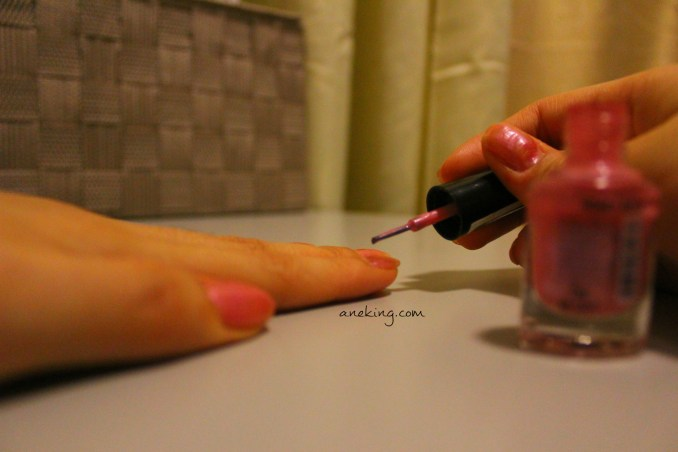 2. Paint two coats of rose pink polish and let it dry.