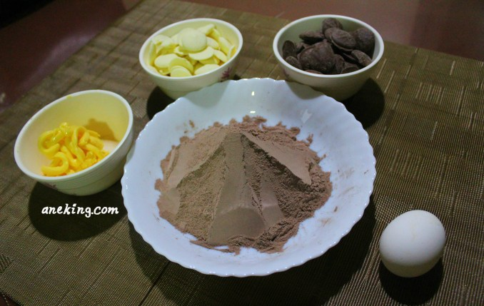 1. Prepare all the ingredients needed. This includes brownie mix, egg and butter for the brownie itself and white chocolate and milk chocolate for its toppings.