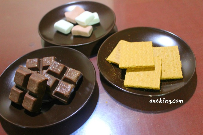 1. Prepare all the ingredients needed. This includes marshmallows, graham slices and chocolate bar.