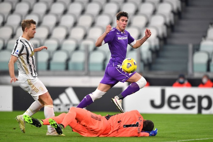 TURIN, ITALY - DECEMBER 22: Dusan Vlahovic of Fiorentina scores their sides first goal past Wojciech Szczesny of Juventus during the Serie A match between Juventus and ACF Fiorentina at Allianz Stadium on December 22, 2020 in Turin, Italy.