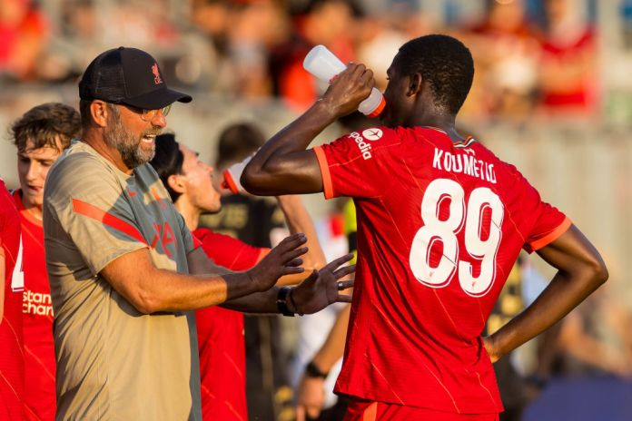 GROEDIG, AUSTRIA - JULY 23: (BILD ZEITUNG OUT) head coach Juergen Klopp of Liverpool FC and Billy Koumetio of Liverpool FC to discuss during the Pre-Season Friendly Match between FC Liverpool and 1. FC Mainz 05 at DAS.GOLDBERG Stadion on July 23, 2021 in Groedig, Austria. (Photo by Roland Krivec/DeFodi Images via Getty Images)