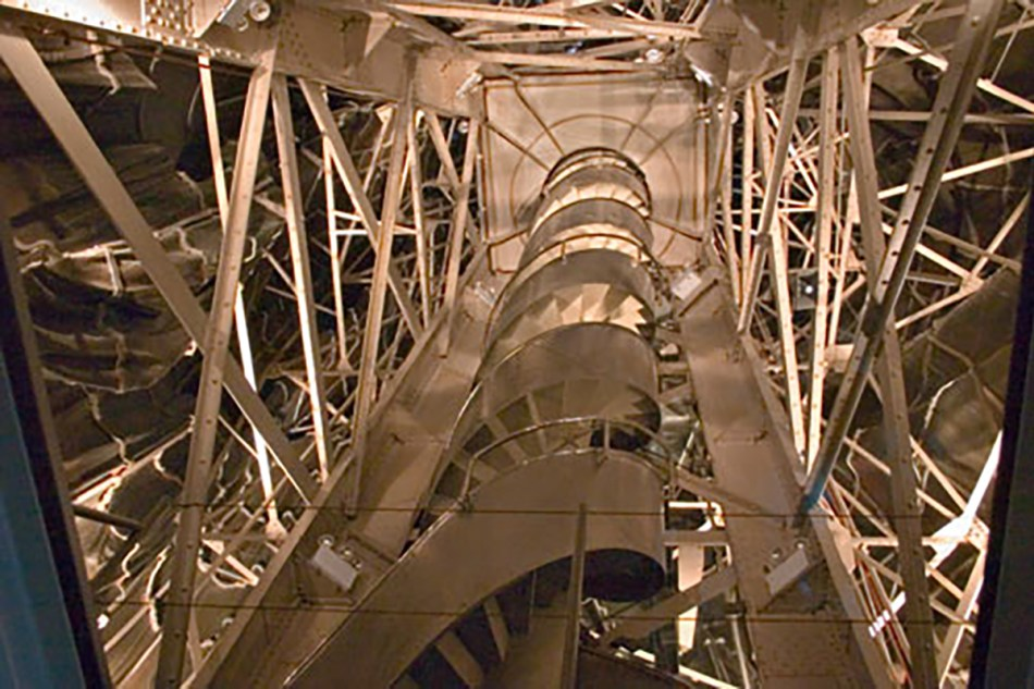 Fotografía de la escalera interior de la estatua de la libertad.