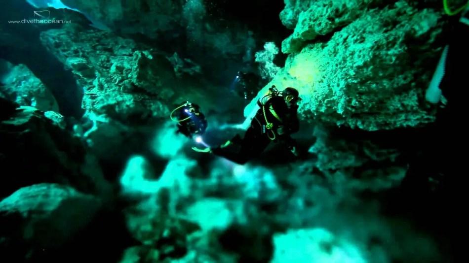 Fotografía de un buzo en una caverna halocina.