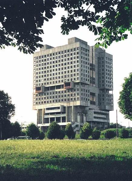Fotografía de un edificio soviético brutalista.