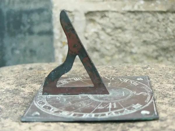 Fotografía de un gnomon griego. Una de las herramientas más avanzadas de la astronomía de las civilizaciones antiguas.