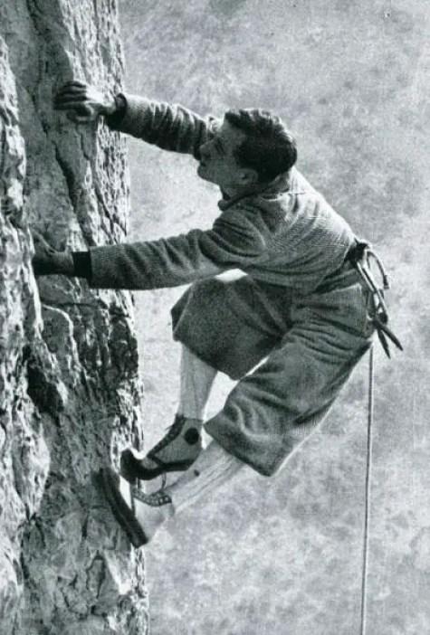 Fotografía de Andrew Irvine escalando el Everest.