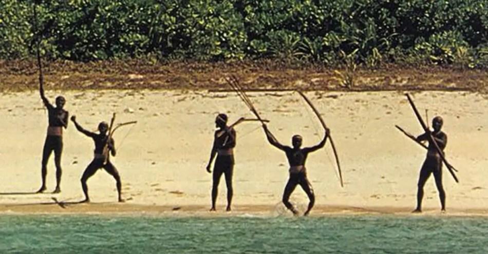 Fotografía de los Sentineleses en la costa de su isla.
