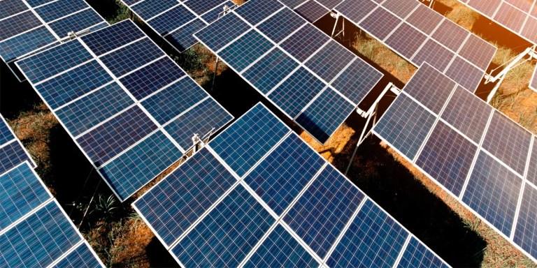 Fotografía de un conjunto de paneles solares.