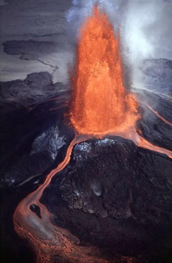 Fotografía de la erupción del volcán cráter Pu'u 'O'o.