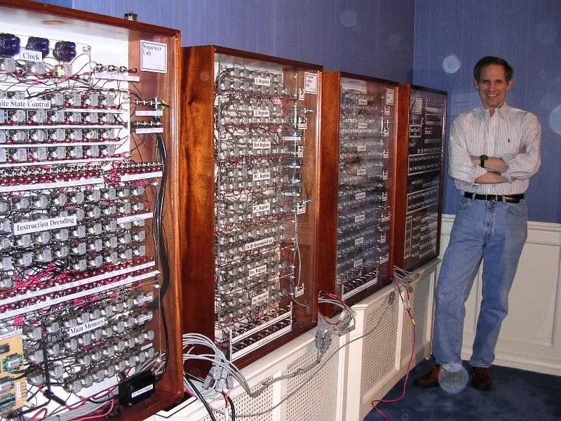 Fotografía de un ordenador a relays.