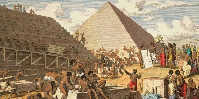 Ilustración de la construcción de las pirámides.