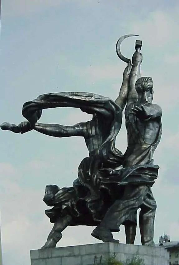 Fotografía de una escultura soviética.