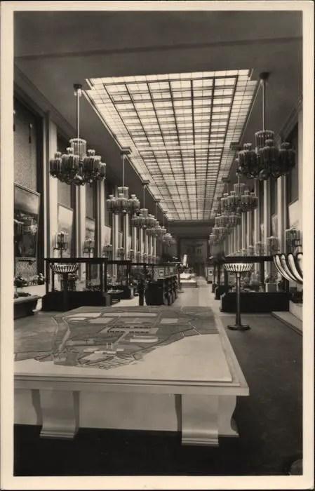 Postal del pabellón alemán de la Exposición Mundial de Paris de 1937. Pueden notarse, además del águila de Kurt Schmid-Ehmen, las magníficas esculturas de Arno breker en la base.