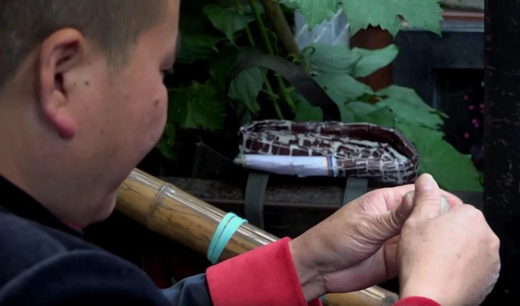 Fotografía de un artesano haciendo un caramelo del tipo gente de azúcar.