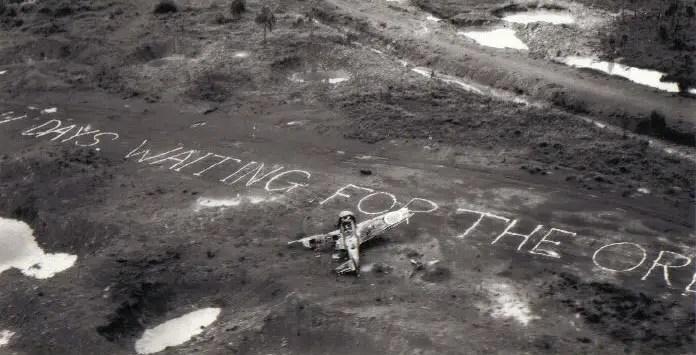 Fotografía de un avión aliado derribado.