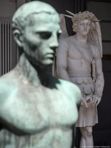 Fotografía de una de las estatuas de Arno Breker